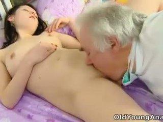 Alena เป็น laying ใน เตียง ที่กำลังมองหา เซ็กซี่ ใน เธอ yellow ด้านบน thinking เกี่ยวกับ เพศ บน a วัน เช่น วันนี้