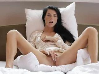 Lief meisje margot masturbates haar poesje