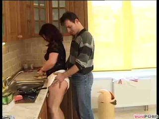 Rambut coklat madu gets sebuah cooking lesson 1/5