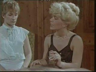 Das lustschloss der josefine mutzenbacher (1986) wanita berpakaian dan lelaki bogel/ cfnm tempat kejadian