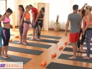 Fitnessrooms groups yoga session ends me një sweaty derdhje jashtë <span class=duration>- 18 min</span>