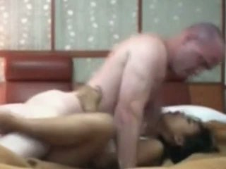 Індонезійська покоївка having перший час секс з біла пеніс