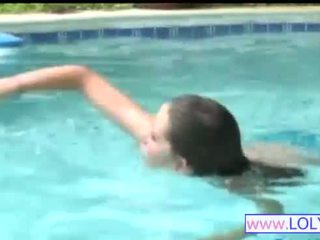 Brooke em o a nadar piscina