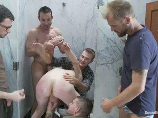 Two boys saama used ja kuritarvitatud sisse a avalik restroom