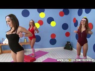 Aerobics instructor loves büyük floppi göğüsler