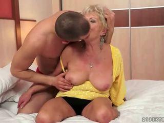 年輕 男人 fucks 熱 巨乳 奶奶