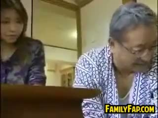 Asiática passo filha com o velho homem