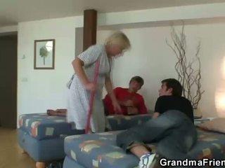 पुराना क्लीनिंग महिला takes two कठिन cocks