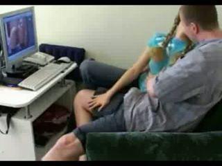 Tüdruk järgmine uks gets spreads avatud edasi kodu video video
