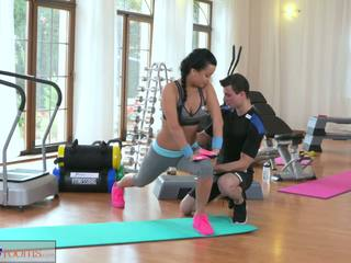 Fitnessrooms multiple orgasms 为 黑色 haired 健身房 nymph