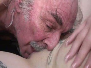 Porner premium: mėgėjiškas seksas filmas su a senas vyras ir a jaunas kūrva.