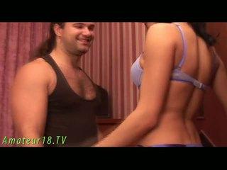 Brünette dame stripping