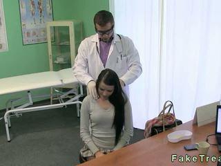 Doktorn fucks het brunett patienten på hans reception