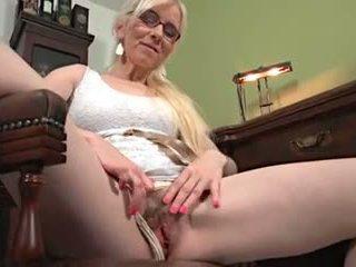 Mature blonde solo masturbation sur une bureau