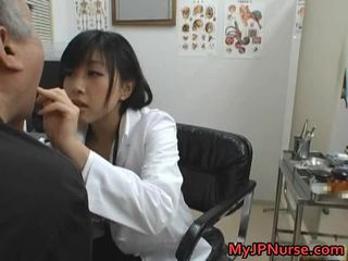 Японська лікар є збуджена для огірок