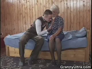 Oma gets laid met een younger gent, porno 3e