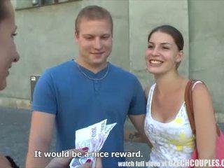 Млад двойка takes пари за публичен четирима