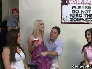 Slutty nữ sinh cô gái bên cứng với frat boys