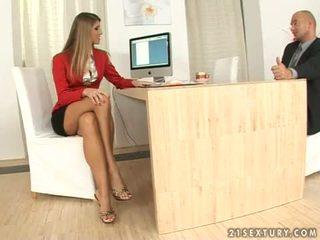 Jennifer batu sekretaris merangsang dengan kaki