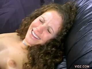 Alana evans smiles kā viņai vāvere ir licked