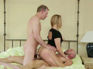 Ehefrau takes two cocks im dp als hubby shares sie fick.