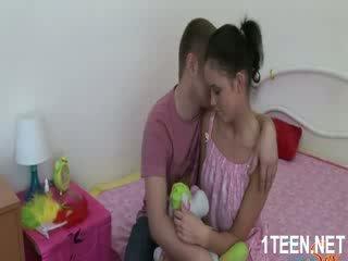 ヌード ホット 女の子 gets ティッツ sucked と フェラチオ