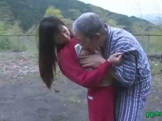 Asiatique fille getting son chatte licked et baisée par vieux homme foutre à cul dehors à