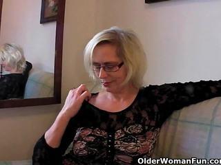 음란 할머니 pushes 그녀의 fist 올라 그녀의 늙은 여성 성기