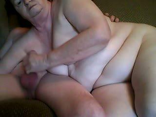 Gjyshi dhe gjyshja having seks në front kamera