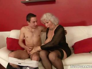 Lusty krūtinga senelė dulkinimasis su a berniukas