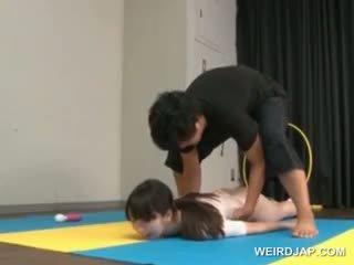 Азиатки gymnast sucks coachs shaft докато обучение