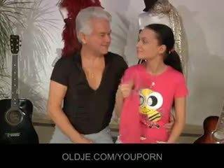 Alt und jung im ein dreckig tanzen