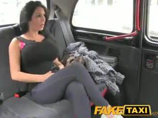 Faketaxi spettacolo ragazza con grande tette fucks per contante