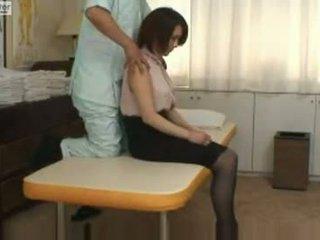 Japans schoolmeisje gets geneukt door haar massager