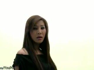 Harig thai ts model in zwart lingerie strokes haar ladystick