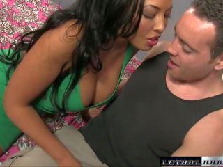 Super горещ британски стъпка мама bangs тя stepson и milks негов хуй сух