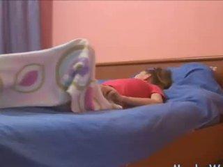Sleepy tonårs rubbing henne klitte