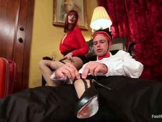 Hôtel guest maitresse madeline dominates la bellboy en pied fétichisme vid