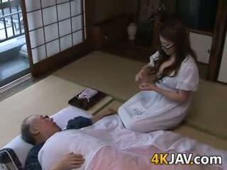 Με πλούσιο στήθος ιαπωνικό νοικοκυρά