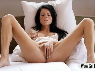 Carina giovanissima ragazza margot finger fucks e masturbates con un dildo