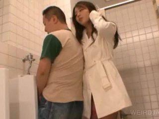 Bitchy الآسيوية في سن المراهقة gives اللسان في جمهور