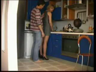 Russa mãe fucks em cozinha