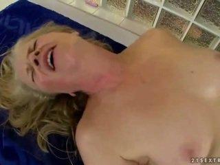 Γιαγιά gets πατήσαμε με νέος masseur