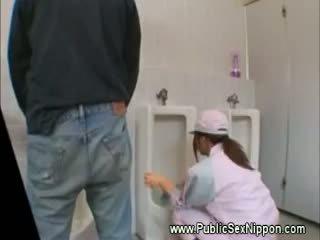 Công khai blowjob trong các mens nhà vệ sinh