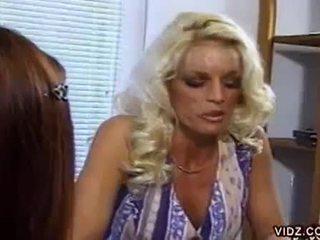 Nikki steele dan deva stasiun mengisap alat kemaluan wanita di seksi lesbian video
