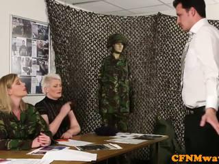 Dominasi wanita tentara milf holly kiss tugs rekrut
