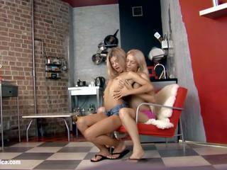 সেক্সি লেসবিয়ানদের chiara এবং anya engage মধ্যে একটি গরম twosome উপর