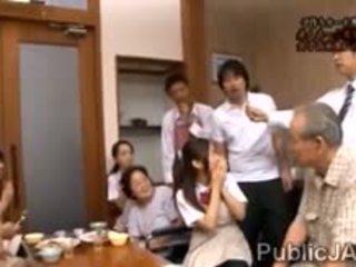 Classmate fucks süß jap schulmädchen im vorderseite von sie familie
