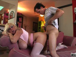 Shelly uses її великий pantoons для руб вниз youthful mans жорсткий пеніс