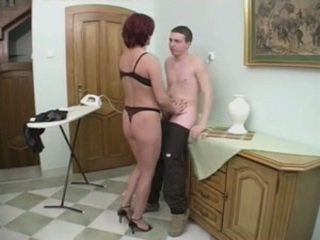 Pelirroja mqmf gets anal desde un joven hombre en la stairs